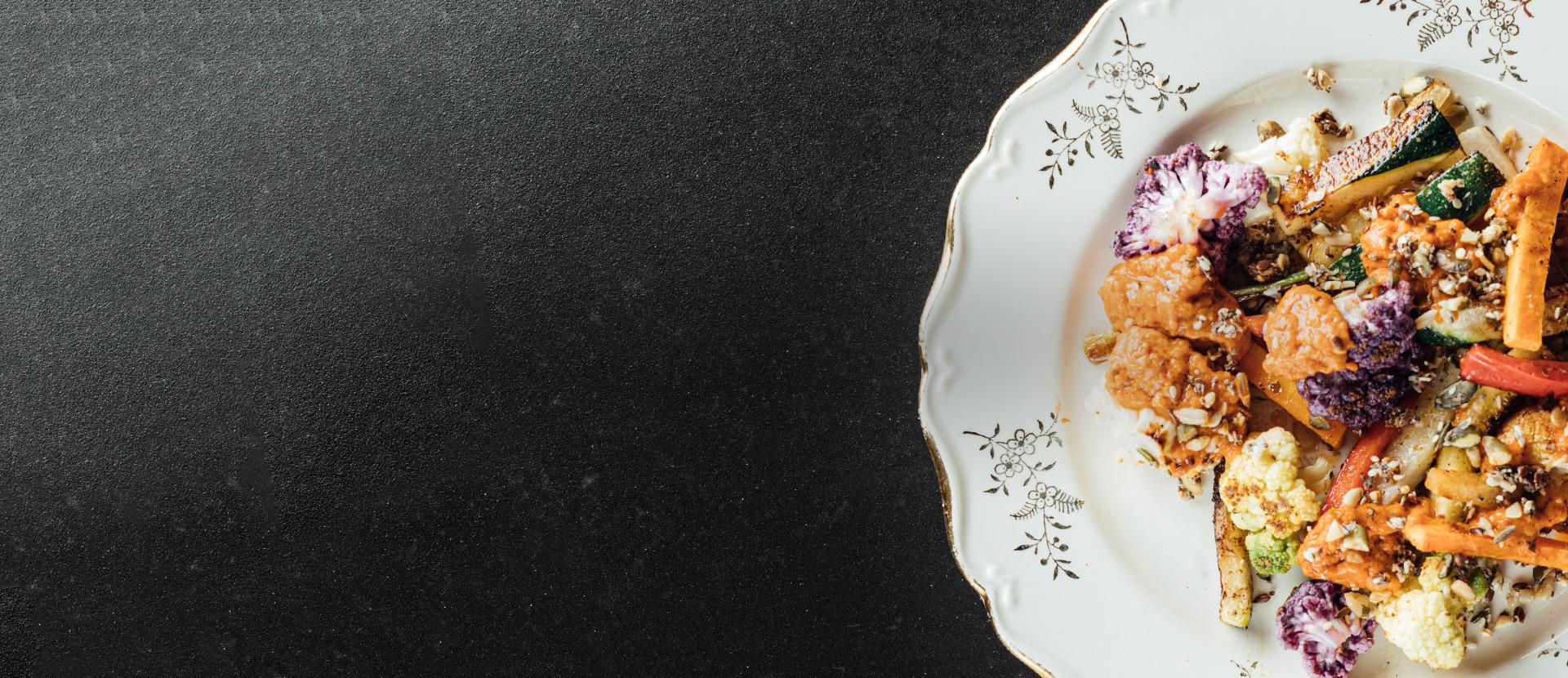 Légumes rôtis avec une sauce orientale de salsa aux tomates